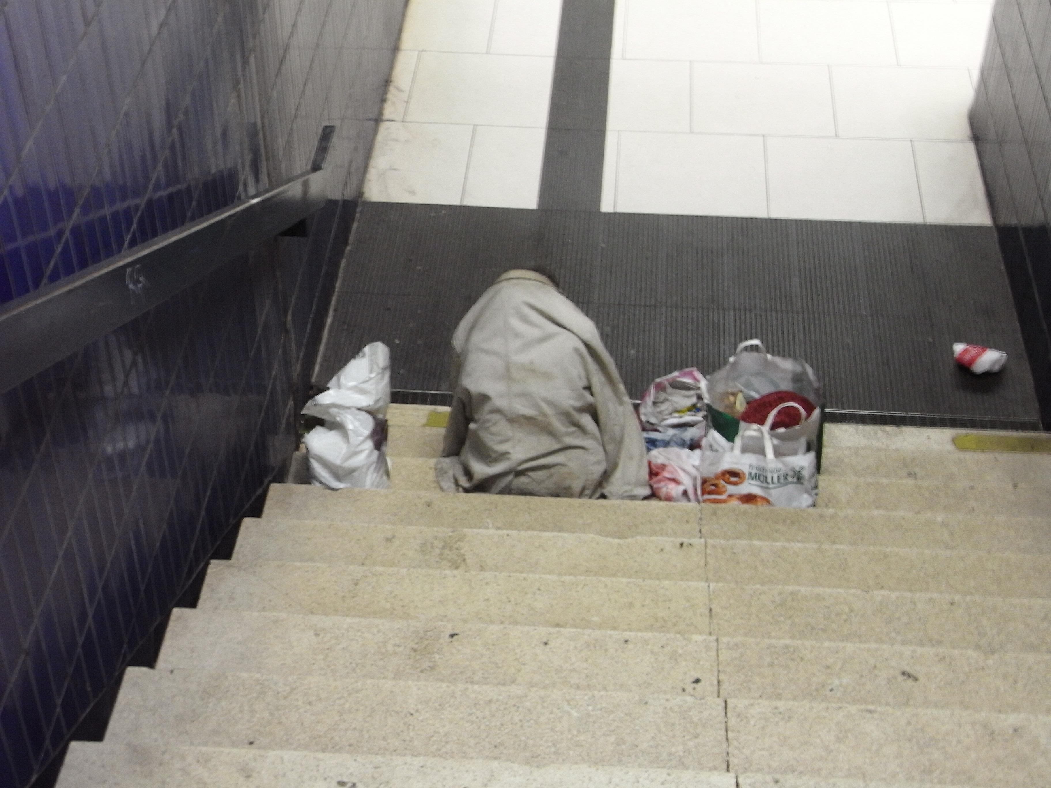 Bettlerin in U-Bahnhof in München